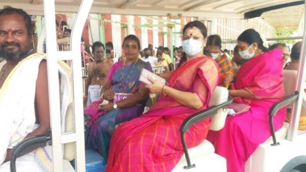durga-stalin-prays-in-thiruchendur-subramaniyam