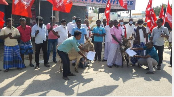 innovation-protest-in-kovilpatti-condemning-the-non-repair-of-the-road