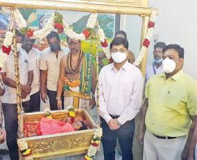 worship-of-the-golden-cradle-in-palani
