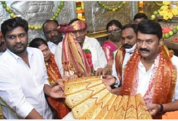 2-5-kg-gold-saree-offering-3d-film-on-his-life-mark-kcr-s-68th-birthday