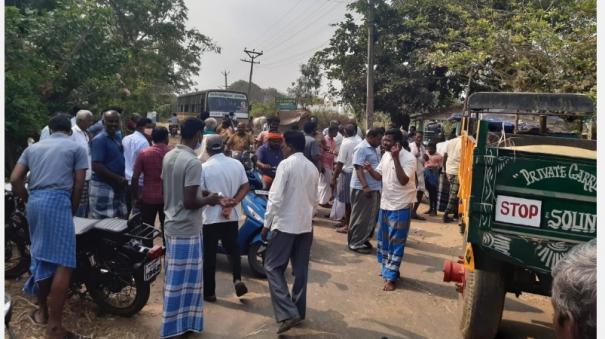 farmers-block-road-in-krishnarayapuram