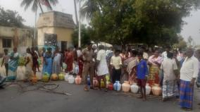 public-road-blockade-with-empty-buckets-asking-for-drinking-water-in-karur