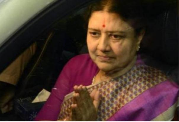 struggle-in-front-of-sasikala-house-urging-to-come-back-to-politics