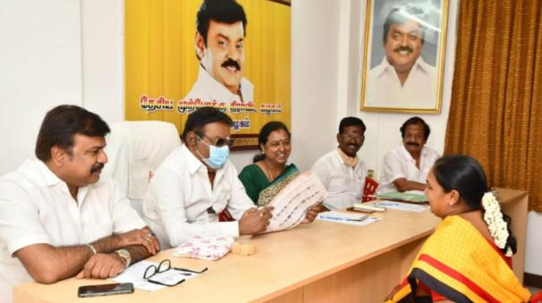 vijayakanth-conducts-interview-with-partymen