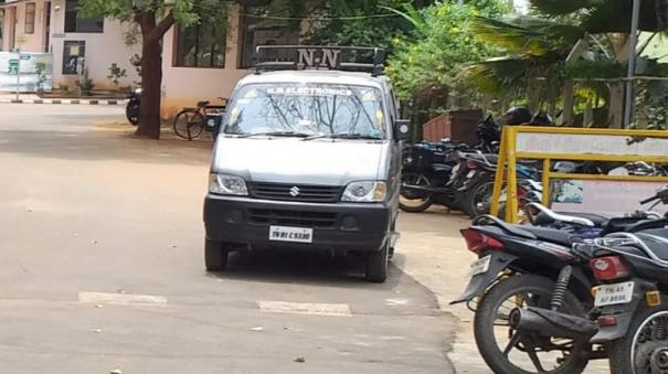 trichy-jamal-mohammed-s-college-voting-number-of-voting-center-because-the-mini-van-enters-the-center-dmk-candidate-fear