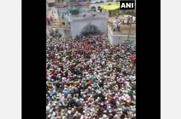 covid-norms-flouted-as-thousand-attend-up-cleric-s-funeral-in-badaun-fir-lodged