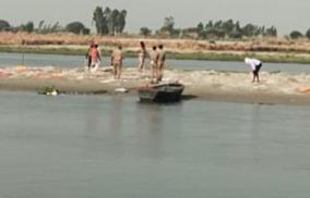 the-practice-of-throwing-dead-bodies-in-the-ganges-the-traditional-custom-of-the-villages-of-up-and-bihar
