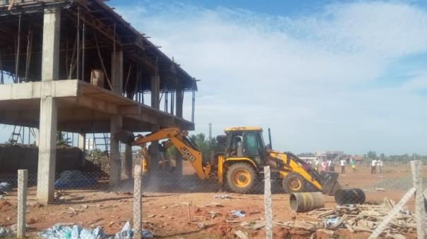 authorities-demolish-the-business-premises-of-a-former-minister-s-relative-who-occupied-and-built-the-sivagangai-temple-land