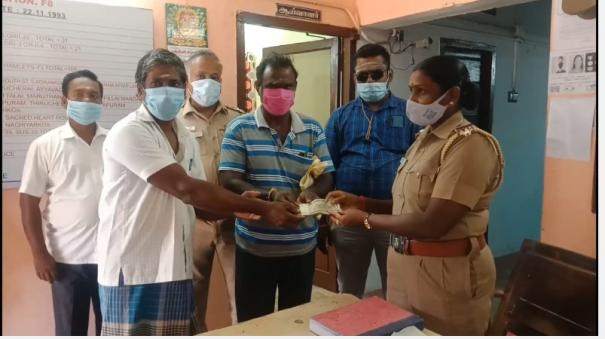 timber-trader-finds-rs-20-000-near-kumbakonam-he-shared-the-information-through-whatsapp-and-handed-it-over-to-the-right-person