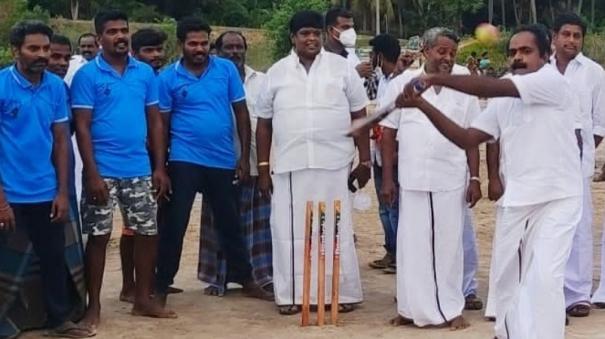 keeramangalam-miniter-plays-cricket