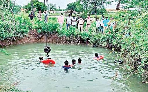 car-fell-into-well-in-telangana