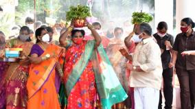 puducherry-governer-carried-pongal-on-head