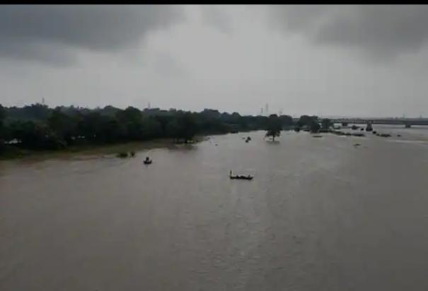 river-water-level-in-danger-due-to-heavy-rains-in-up-chief-minister-yogi-visits-the-affected-area-by-helicopter