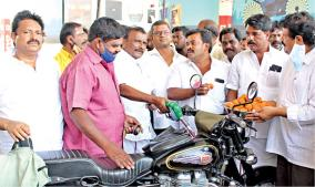 free-petrol-given-by-dmk-cadres