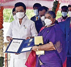 sakthi-masala-director-receives-avvayar-award