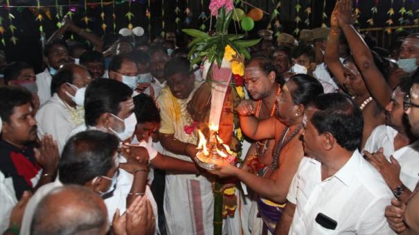 karthikai-deepam-bandhakal-planted-at-annamalaiyar-temple-devotees-worship