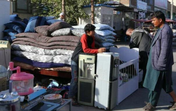 people-sell-household-items-alongside-kabul-streets-amid-worsening-economic-situation-under-taliban-regime