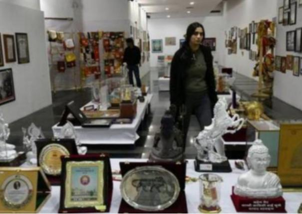 pm-calls-citizens-to-take-part-in-mementos-auction