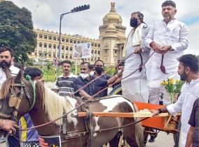 congress-leaders-head-to-vidhana-soudha-in-horse-carts-to-highlight-fuel-price-hike