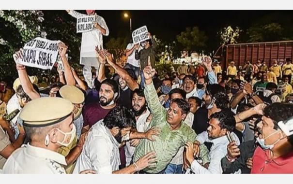 protest-in-front-of-kapil-sibal-house